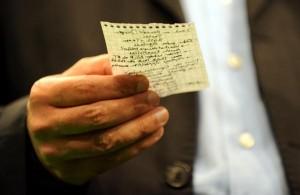 Der Parteivorsitzende von Bündnis 90/Die Grünen, Cem Özdemir, liest am Sonntag (27.09.2009) auf der Wahlparty im Berliner Postbahnhof von einem kleinen Zettel Stichworte für seine Rede vor Parteianhängern ab. Foto: Jochen Lübke dpa +++(c) dpa - Report+++