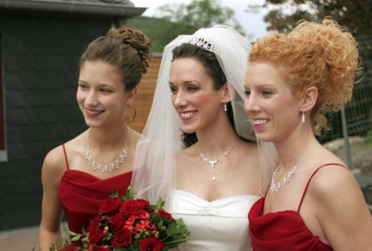 bride and her bridesmaids posing for a portrait Keine Weitergabe an Drittverwerter., Royalty free: Bei werblicher Verwendung Preis auf Anfrage