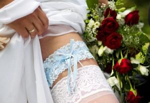 Strumpfband als Brautschmuck nach einer standesamtlichen Trauung in der Wasserburg in Egeln im Salzlandkreis, aufgenommen am 28.05.2011. Foto: Jens Wolf
